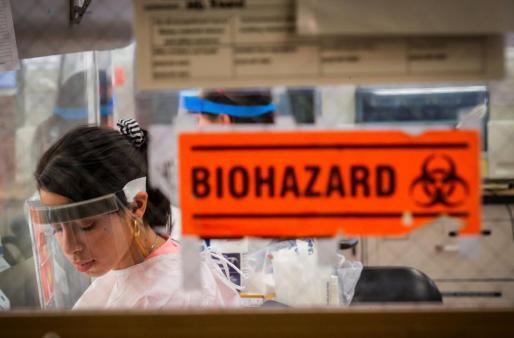 Personal médico realizando test de COVID-19 en Nueva York.