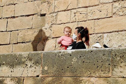 Rocío, con su hija María Alhambra en brazos, atravesó toda la calle Palau Reial, donde ni un sólo comercio estaba abierto.