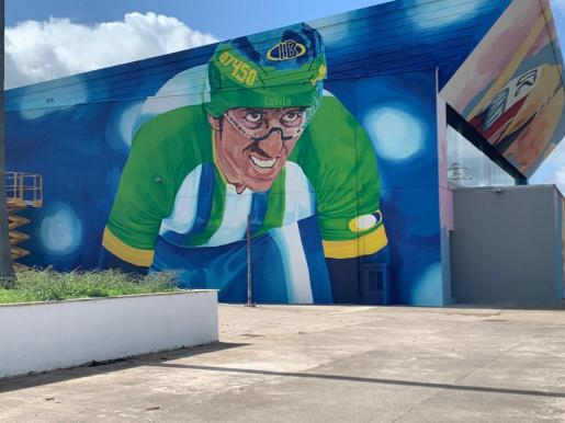 Imagen del mural que representa la figura de Toni Tauler en el polideportivo de Santa Margalida, al que da nombre.