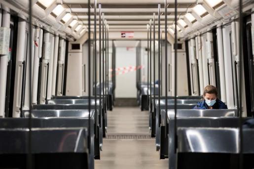 Un ciudadana viaja en el metro de Barcelona.