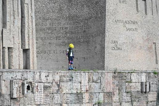 Un niño juega en la calle, en Madrid.