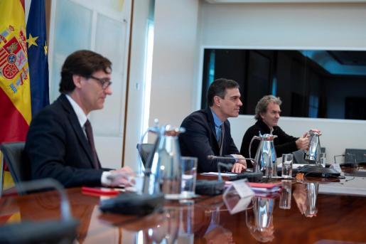 El presidente del Gobierno, Pedro Sánchez (C), preside la reunión del Comité Técnico de Gestión del Coronavirus junto al Ministro de Sanidad, Salvador Illa (i), y el director del Centro de Coordinación de Alertas y Emergencias Sanitarias, Fernando Simón (d),.