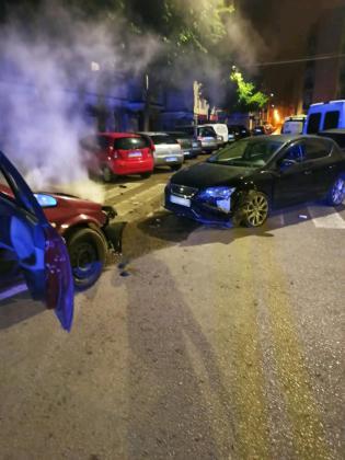 Un conductor de 21 años ha sido arrestado durante la madrugada de este martes en Palma tras ser sancionado por saltarse el confinamiento y después estrellarse contra un coche patrulla cuando se le daba el alto.