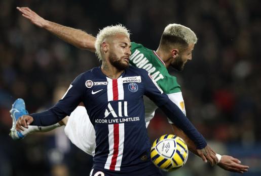 Imagen de archivo de Neymar Jr disputando un balón a Franck Honorat en un encuentro entre el Paris Saint Germain's y el Saint-Etienne's.