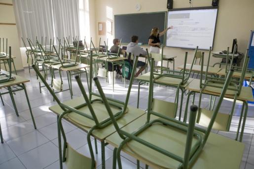 Imagen de archivo de un aula casi vacía en Menorca.