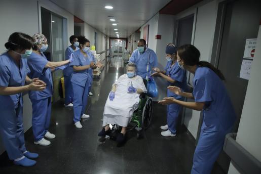 Una persona recibe el alta en el hospital Son Espases.