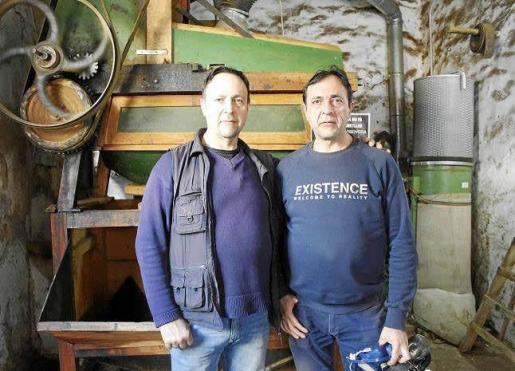 Berenguer y Bernardo Colom cuidan de la maquinaria centenaria y continúan con una tradición heredada del bisabuelo.