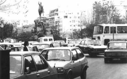 Imagen muy diferente de la plaza, cuando circulaban coches alrededor de la estatua de Jaume I.