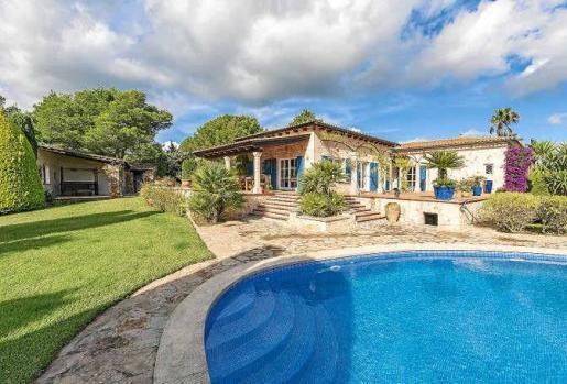 De estilo campestre mallorquín, la casa está rodeada por un jardín impresionante, con su preciosa piscina infinity.