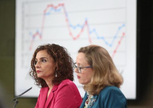 La ministra Portavoz y de Hacienda, María Jesús Montero (i) y la vicepresidenta tercera y ministra de Asuntos Económicos y Transformación Digital, Nadia Calviño.