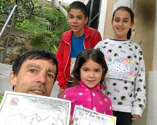 Imagen de Tòfol Castanyer en su casa junto a sus hijas Xisca y Aina y su hijo Toni.