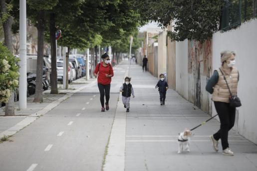 Los niños pueden salir a la calle desde el pasado domingo una vez al día.