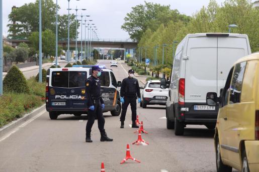 La Policía Nacional realizando este jueves un control de vehículos.