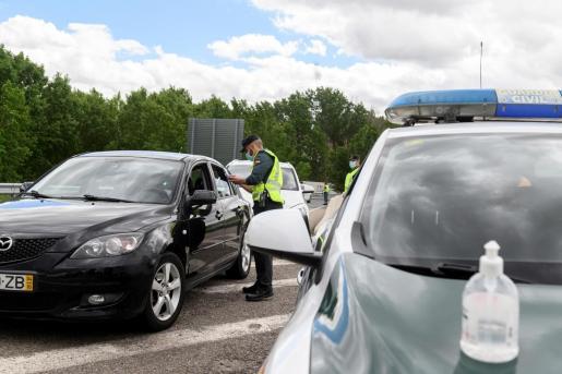 Miembros de la Guardia Civil realizan un control de tráfico en la A2 a la salida de Madrid, cerca de Azuqueca de Henares, por el puente de mayo.