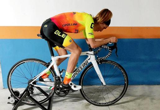 La ciclista Mavi García hace rodillo en su garaje.