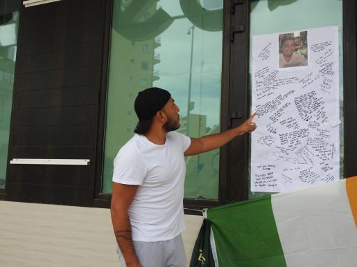 Un amigo de la víctima señala el mensaje que le había dedicado a Anthony.