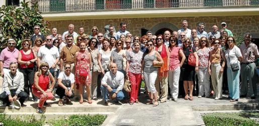 El nutrido grupo, en los jardines de Can Prunera durante la visita realizada al museo modernista de Sóller.