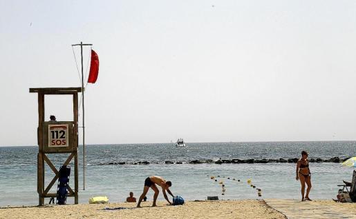 Torre de socorristas en la playa de Ciutat Jardí.