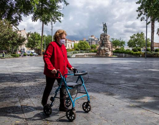 Una mujer camina por céntrica Plaza España de Palma, casi vacía durante el confinamiento.