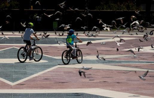 GRAFCAT5652. BARCELONA, 28/04/2020.- Dos niños pasean en bicicleta por la Plaza de Cataluña de Barcelona este martes, cuando se cumplen 45 días de confinamiento por el estado de alarma decretado por el Gobierno por la crisis del coronavirus. EFE/Enric Fontcuberta Tercer día de salida de los niños durante el confinamiento