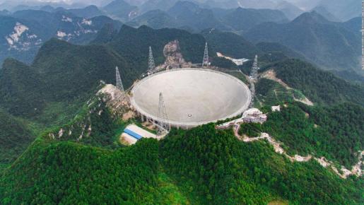El radiotelescopio esférico de 500 metros de apertura de diámetro (FAST) de China.