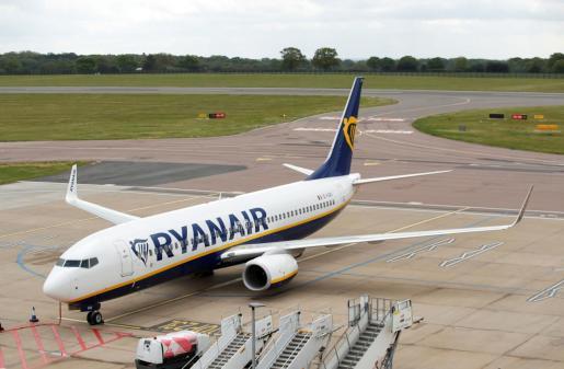 Un Boeing 737 de Ryanair, en el aeropuerto de Luton.