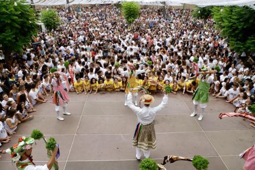 Más de 7.000 personas se concentran en la plaza durante el baile de los Cossiers por las fiestas de Sant Bartomeu.