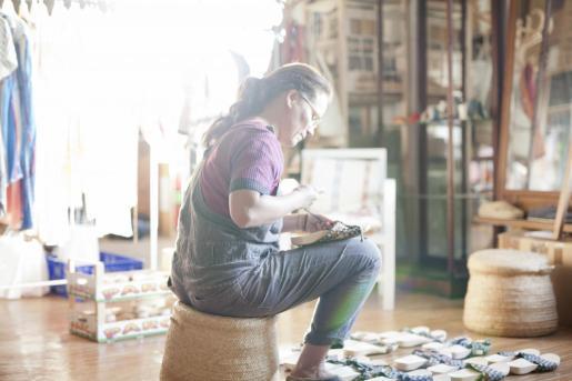 La mayoría de sus zapatos están hechos a mano. Son piezas de calzado planas, cómodas y creadas con medios sencillos.