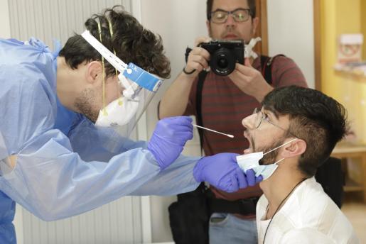 Pere Llabrés sometiéndose a la prueba de saliva.
