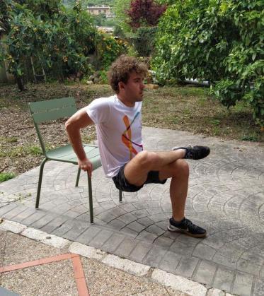 El nadador Joan Lluís Pons se ejercita con una silla en los exteriores de su domicilio familiar, en Sóller.