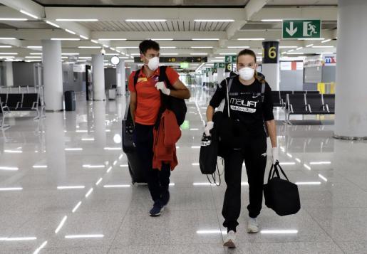 Xisca Tous, acompañada por su pareja Tomeu Villalba, a su llegada al  aeropuerto de Son Sant Joan.