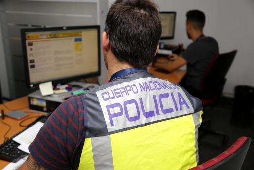 La unidad de Delitos Tecnológicos de la Policía Nacional rastrea las redes en busca de los estafadores.