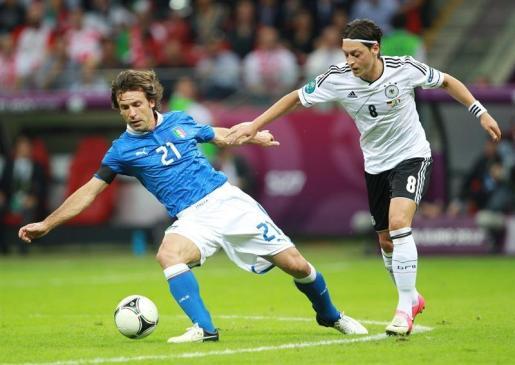 Pirlo y Oezil luchan por un balón durante el partido de semifinales de la Eurocopa 2012 disputado esta noche.
