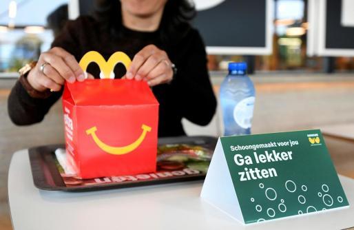 Un usuario durante la prueba que está haciendo McDonald's en Países Bajos.