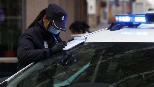 La Policía Nacional arrestó a un conductor de 49 años que fue interceptado en un control cuando circulaba en un vehículo con su hijo menor de edad en la parte trasera.