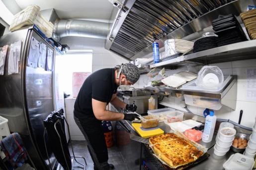 Un trabajador del Restaurante Panam de Alcalá de Henares, mantiene su actividad en plena pandemia con las restricciones que impiden la atención al público presencialmente, elaborando menús que distribuyen a domicilio por toda la Cominudad de Madrid.