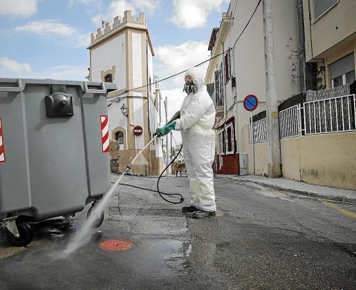 Algunas labores básicas requieren la presencia de los funcionarios en sus puestos de trabajo, como los trabajadores de la limpieza, que desinfectan la ciudad. En el caso del Govern, están los sanitarios y conductores de la EMT, entre otras actividades.