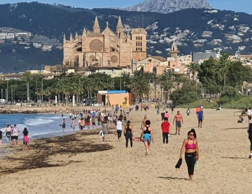 Tras un encierro de 48 días, muchos palmesanos se acercaron a la playa de Can Pere Antoni para caminar, hacer algo de deporte o, sencillamente, andar sobre la arena mojada.