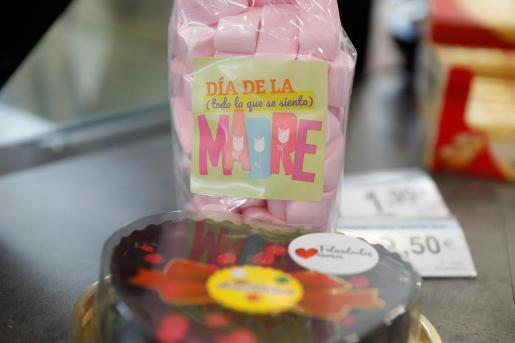 Unos dulces y una tarta, especialmente dedicados a las madres.