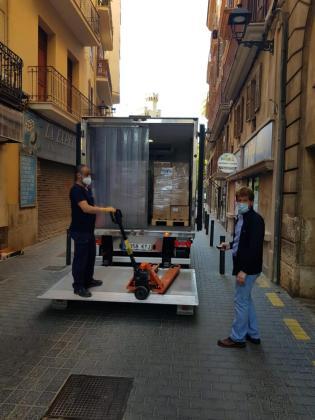 Operarios, descargando las cajas de mascarillas.