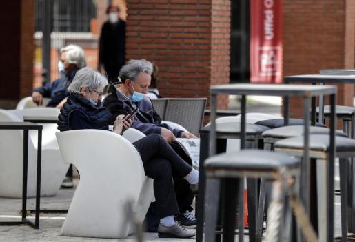 Los romanos disfrutan del espacio público y muchos utilizan mascarillas.