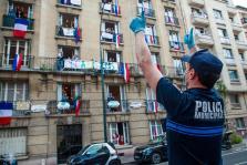 Un oficial de policía aplaude frente a un edificio