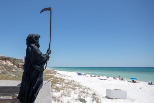 Daniel Uhlfelder, un abogado activista, se ha disfrazado de La Muerte para protestar por la reapertura de las playas.