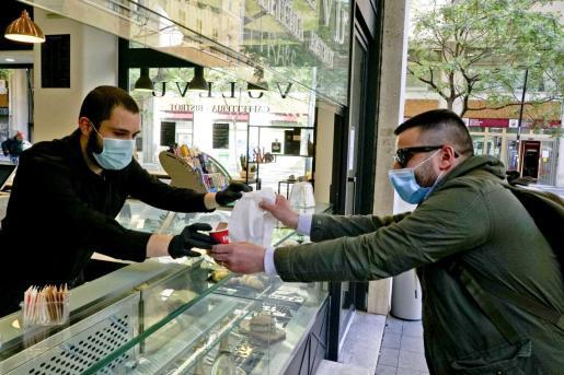 Un cliente recogiendo un café en Nápoles.