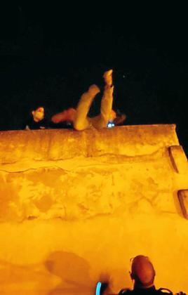 Momento en que la policía sube a la terraza al hombre que intentaba escapar.