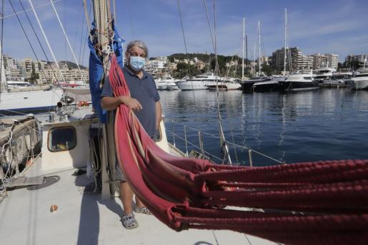 John Christopher, a bordo del 'Albatros', en el que vive  desde hace 10 años.