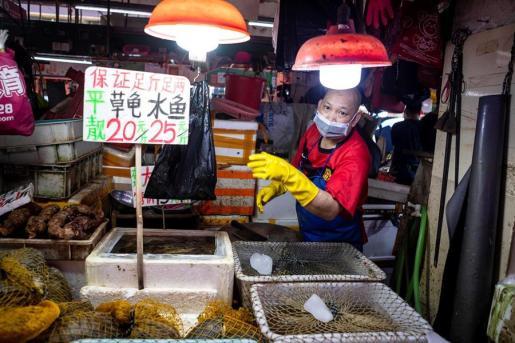Un vendedor, en un mercado de China.