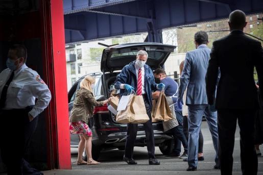 El alcalde de Nueva York, Bill de Blasio, mientras entrega alimentos a la estación EMS 4 en celebración del Día Internacional de los Bomberos este lunes en Manhattan.