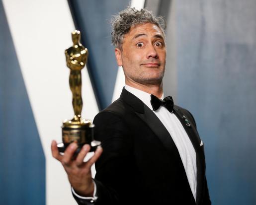 Taika Waititi, tras recibir el Oscar al mejor guión adaptado por 'Jojo Rabbit'.