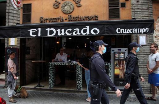 """Empleados del restaurante """"El Ducado"""" en Madrid abren este lunes sus puertas para servir comidas para recoger en el local, previo pedido de los clientes."""